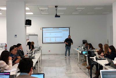 Álvaro Fontela dando clase en un máster